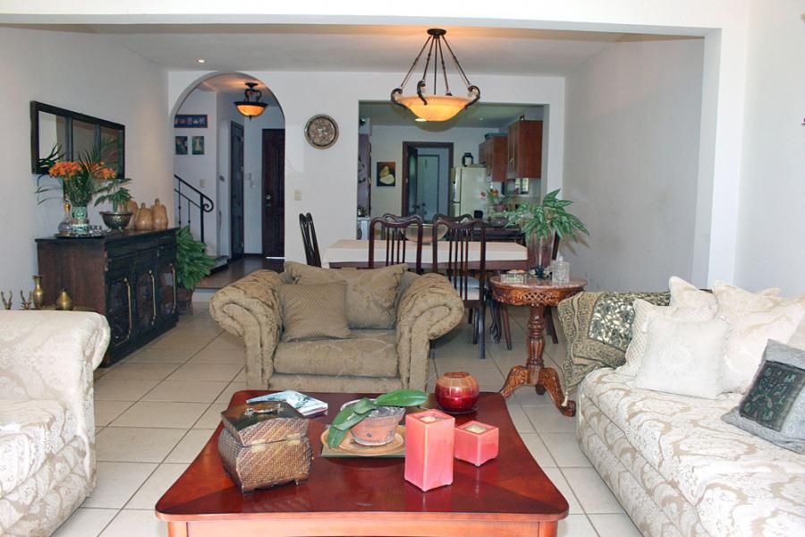 Venta de Casa en Santa Ana, Condo Estilo Colonial con 4 Habitaciones