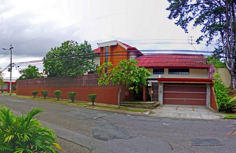 5,680-ft2 House for Sale with 4 BRs plus Apartment; Pinares, Curridabat