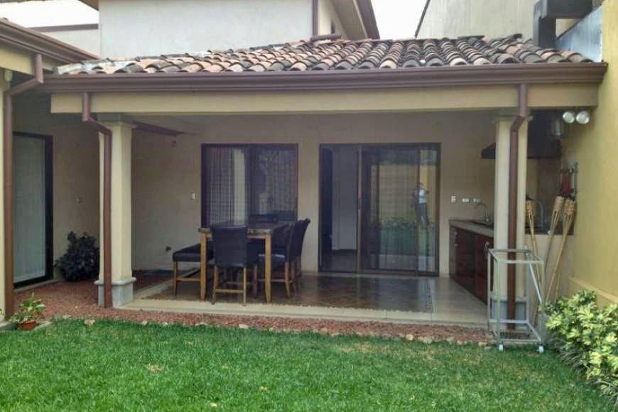 Santa Ana, Venta de Casa de Un Piso en Condominio con Piscina