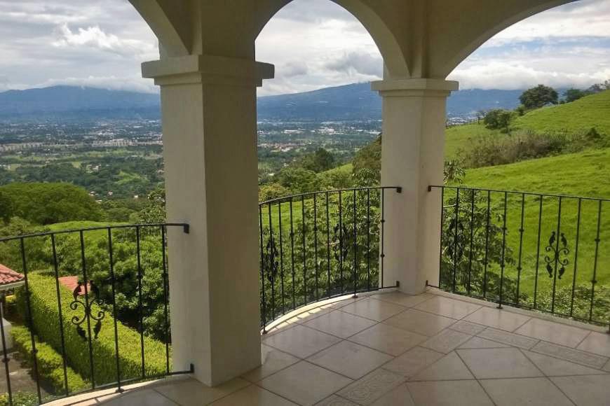 Casa en Condominio con 4 Habitaciones, Vista y Piscina, Brasil de Mora