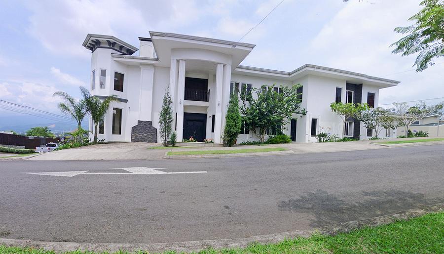 REBAJADA: Casa de 515 m2 con 4 Habitaciones y Vista, Condominio Montealto, Cartago