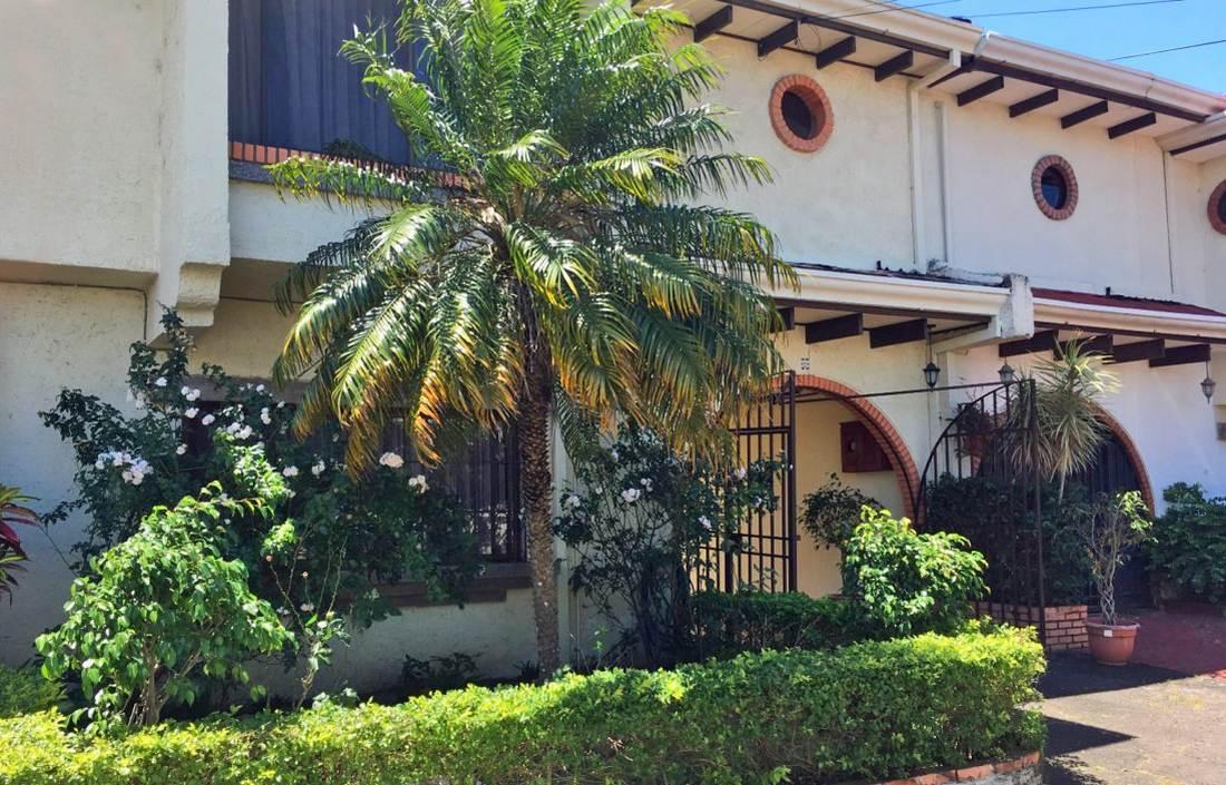 Los Laureles, Escazu, Venta de Casa en Complejo Seguro, Sin Cuota de Mantenimiento