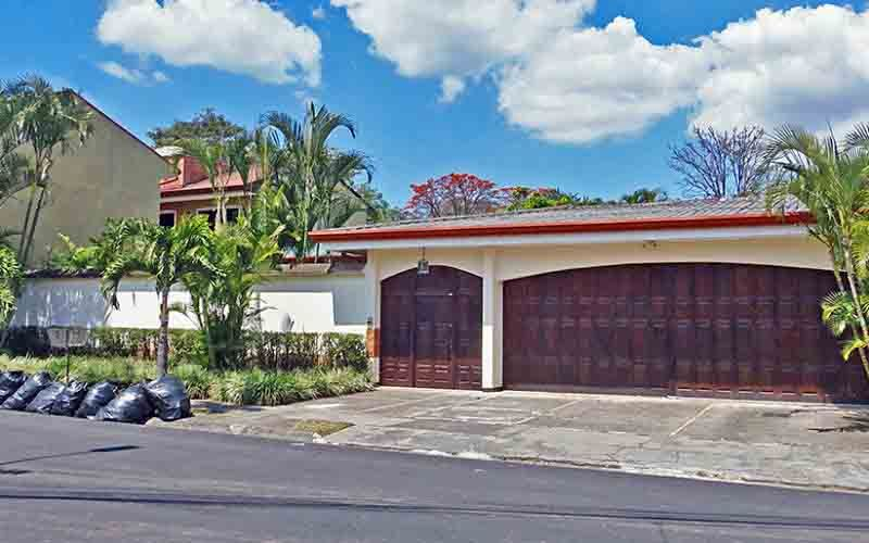 GANGA! Venta de Casa Impontente de 350 m2, Lote de 890 m2, Pinares, Curridabat