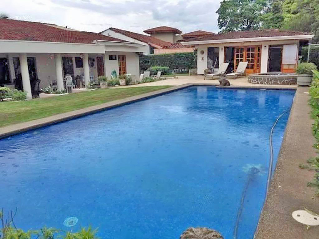 One-story House with Pool, Guest House in Los Reyes Golf & Country Club