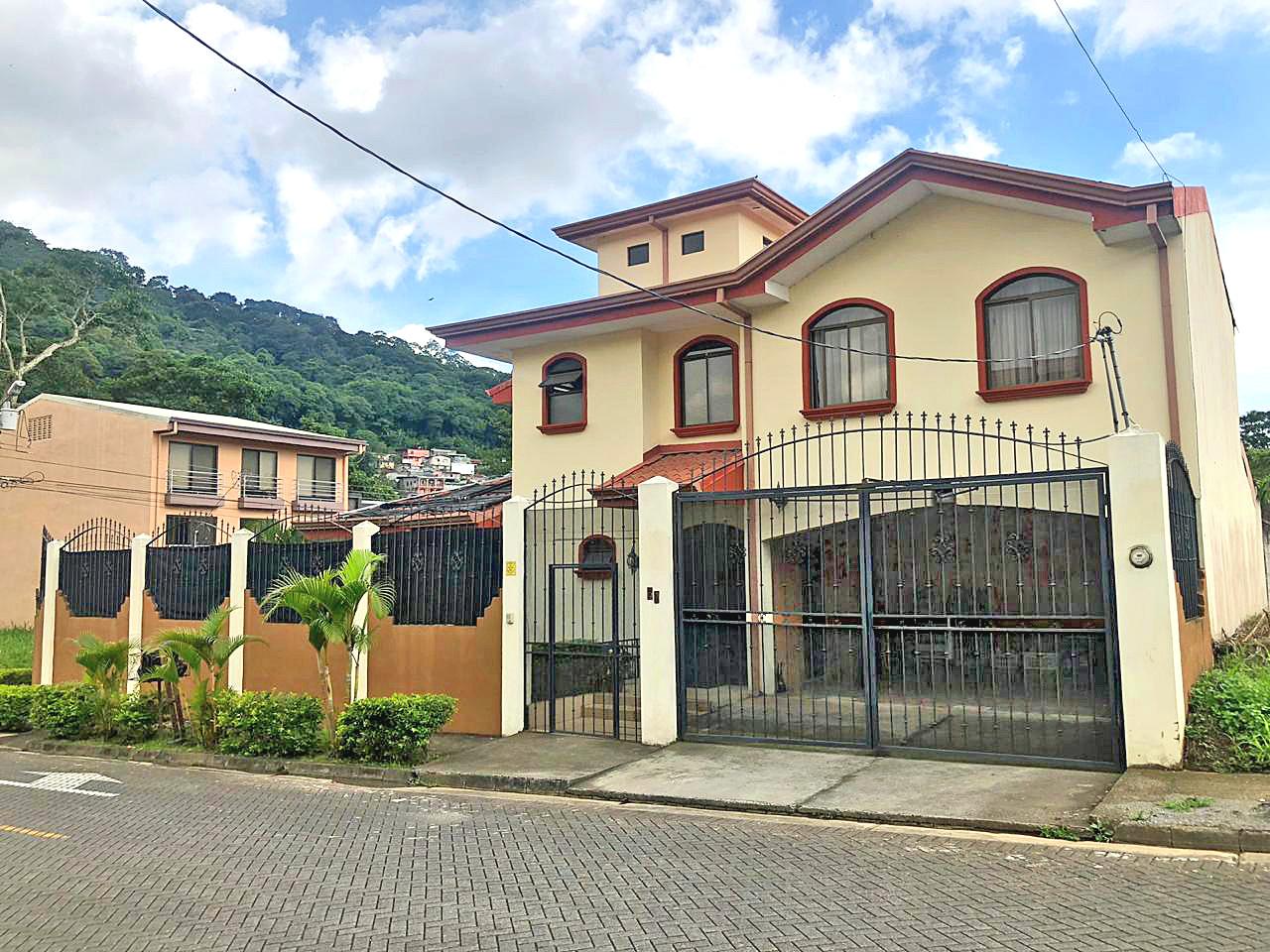 Venta de Casa de 250 m2 con Piscina, Comunidad Cerrada Monte Ayarco, Curridabat