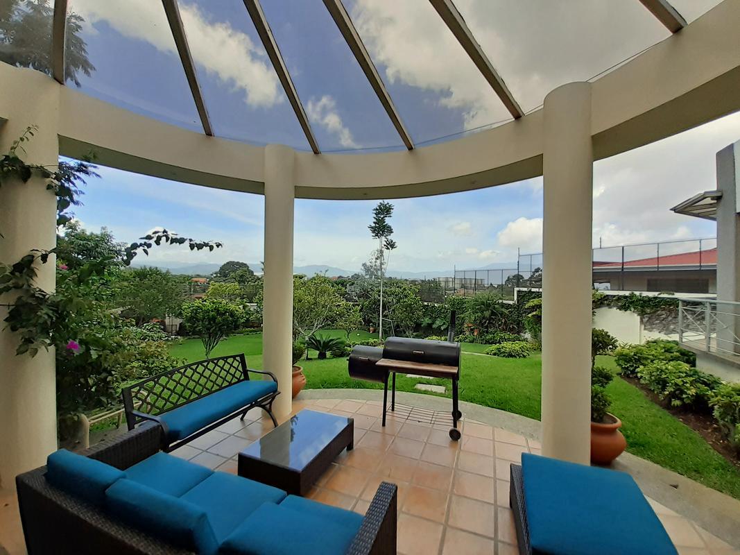 Venta de Casa Imponente de 586 m2, 2012 m2 de Terreno, cerca de Parque del Este