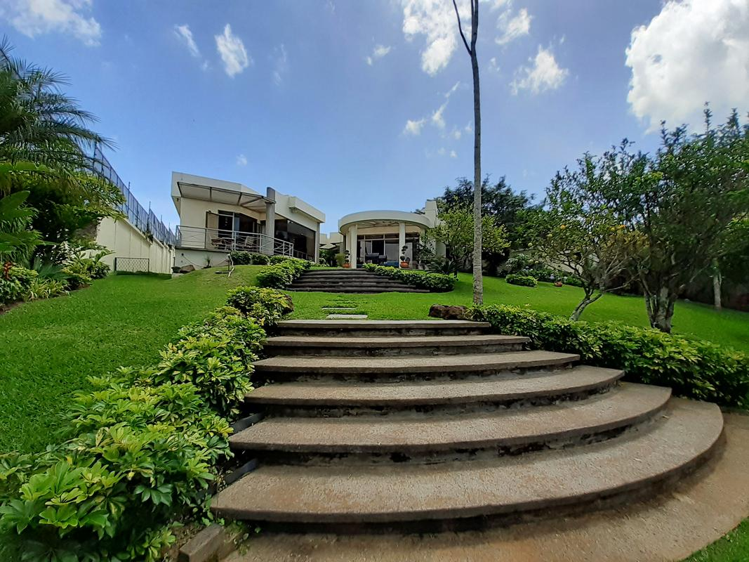 Stunning, One-Level, 6400-ft2 House on Half-Acre for Sale, Near Parque del Este