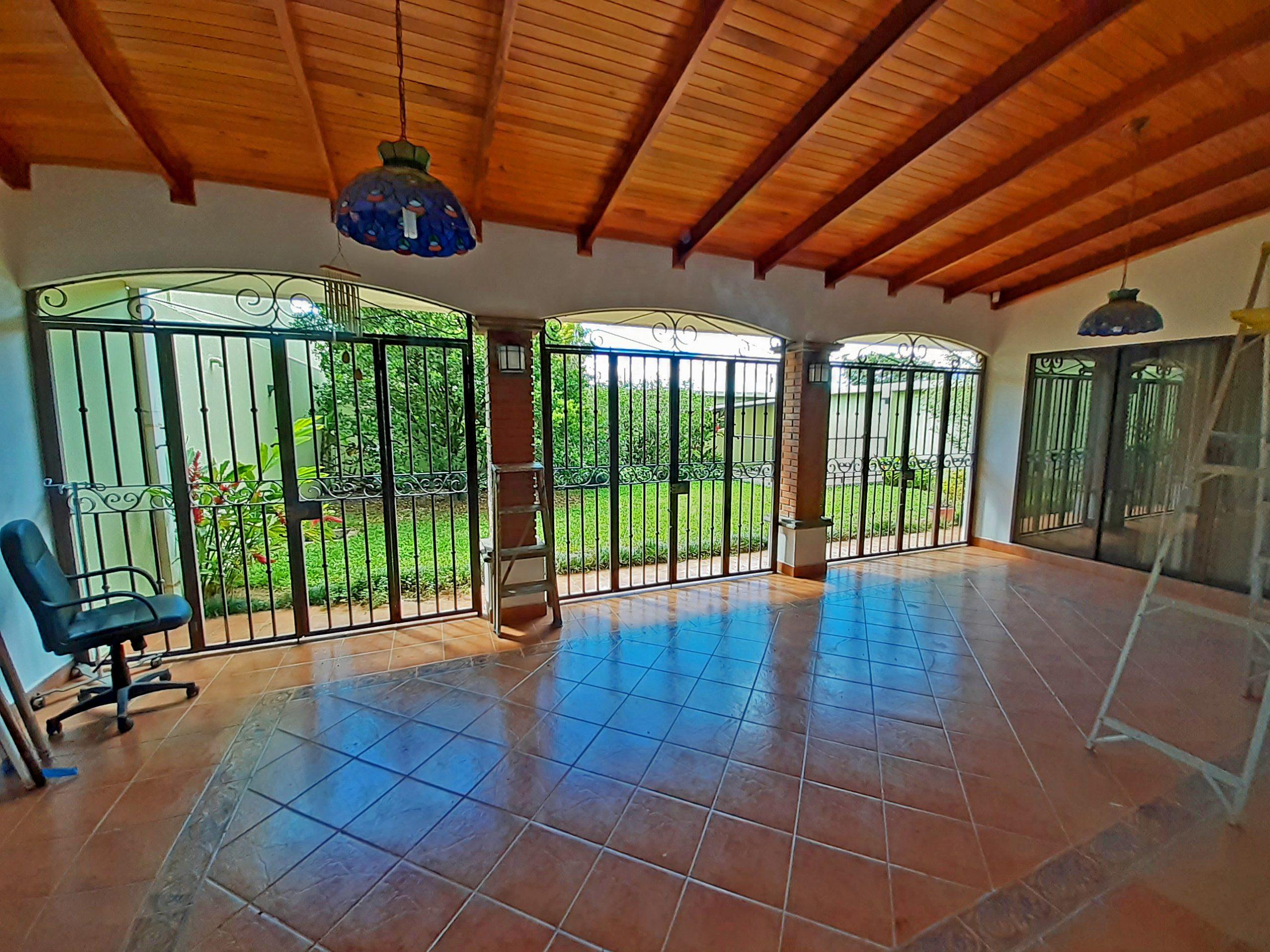 Alquiler de Casa de 350 m2, Barrio de Acceso Controlado, Guayabos, Curridabat