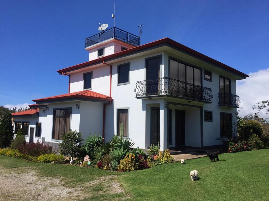 Venta de Hermosa Propiedad de 7864 m2 con 3 Casas, Colinas de Cartago