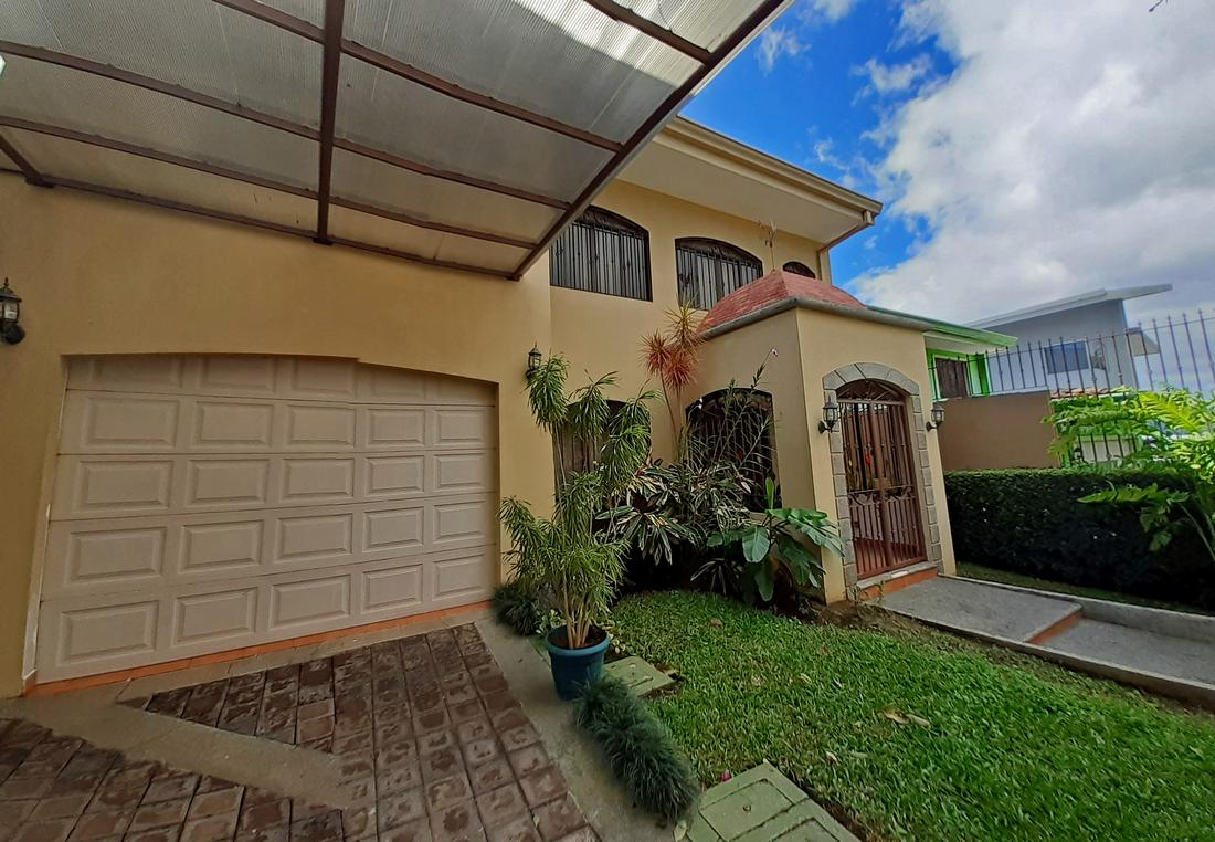 Venta de Casa de 350 m2, Barrio de Acceso Controlado, Guayabos, Curridabat