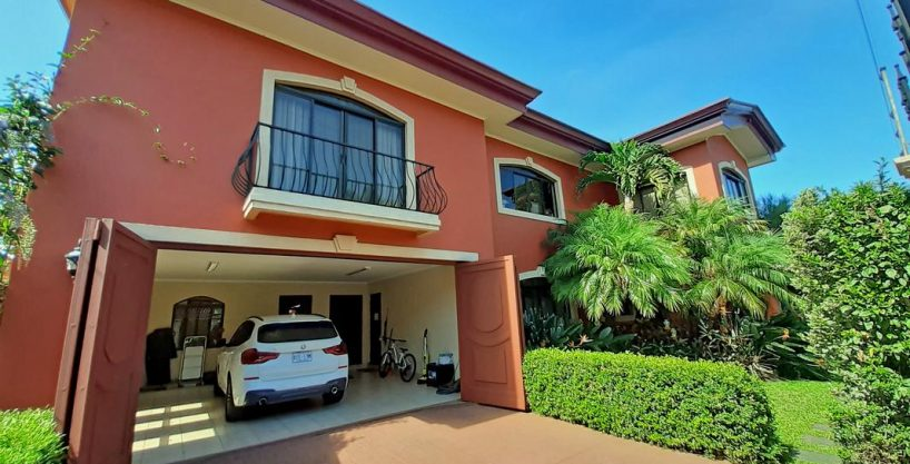 Gorgeous 5900-ft2 House with 5 BRs for Sale, Controlled Access, Guayabos, Curridabat