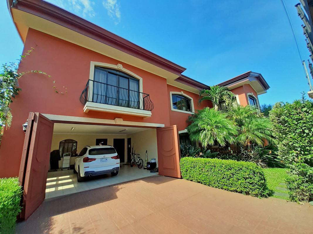 Venta de Preciosa Casa de 550 m2 con 5 Habitaciones, Residencial Quinta Guayabos, Curridabat
