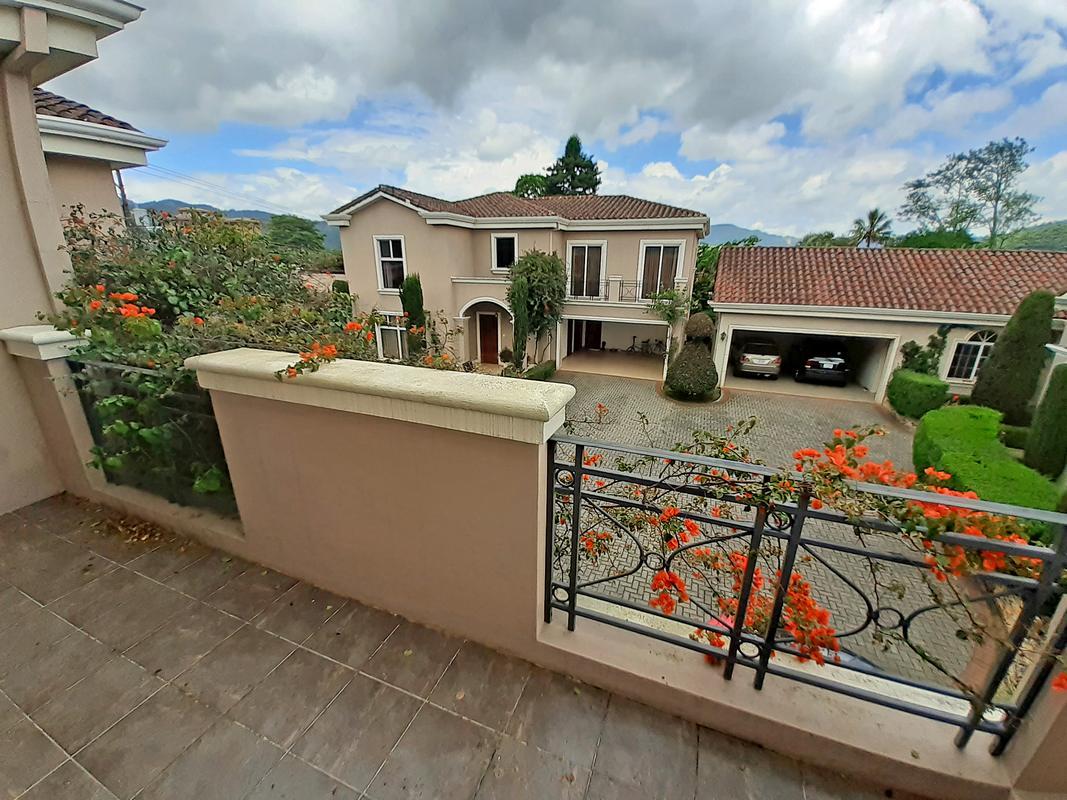 Alquiler de Casa de 375 m2 en Complejo de 3 Casas, Lomas de Ayarco Sur, Curridabat