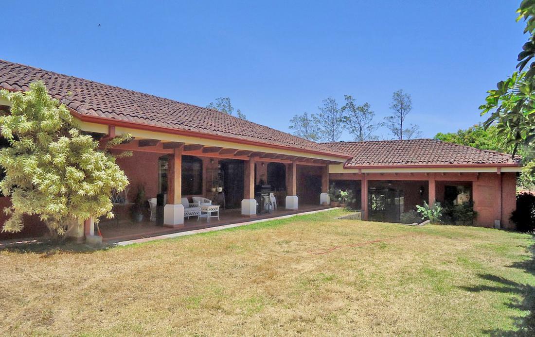 Venta de Casa Colonial de 400 m2 en Lote de 1400 m2, Brasil de Mora