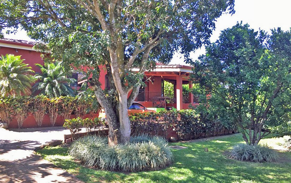 4300-ft2 Colonial-Style House for Sale on Third-Acre Lot, Brasil de Mora