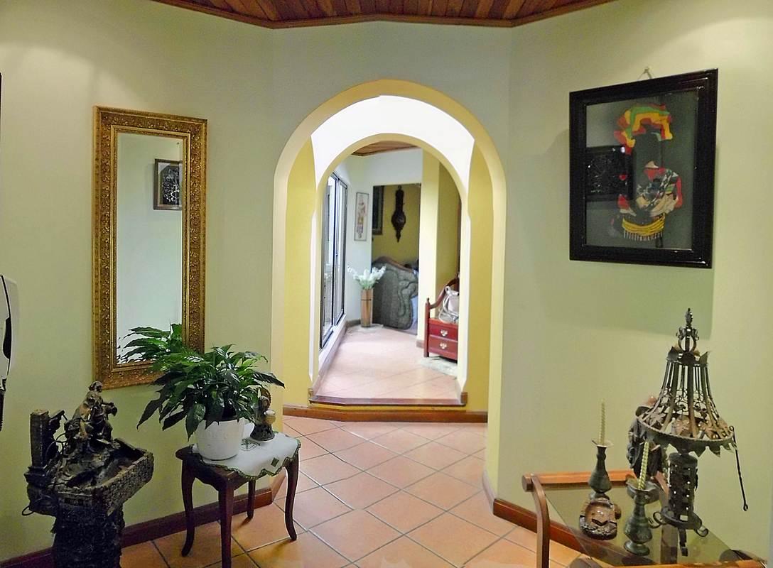 Freses, Curridabat – Alquiler de Casa de 420 m2, Una Planta, con Apartamento