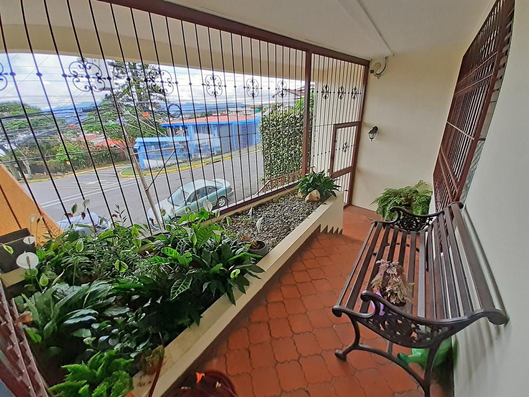 Venta de Hermosa Casa de 263 m2, 3 Hab. y Oficina, La Granja, San Pedro