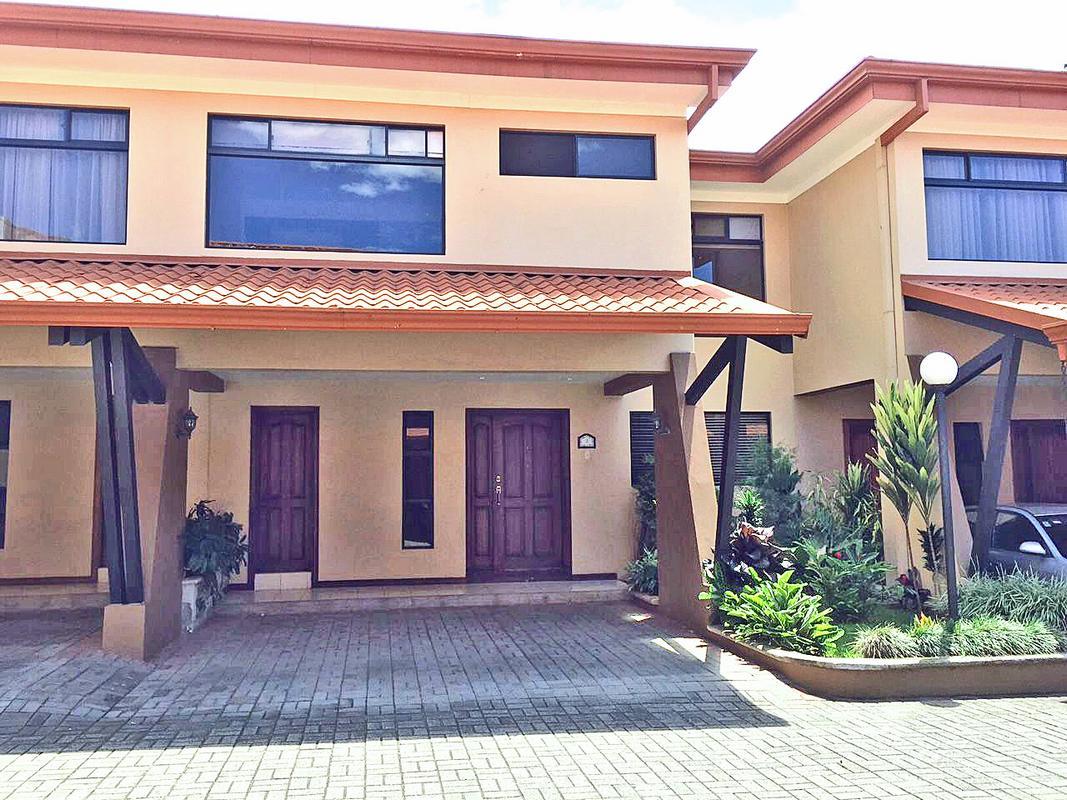 Alquiler de Casa de 280 m2, 3 Habitaciones, Condo Loma Verde, Pinares, Curridabat