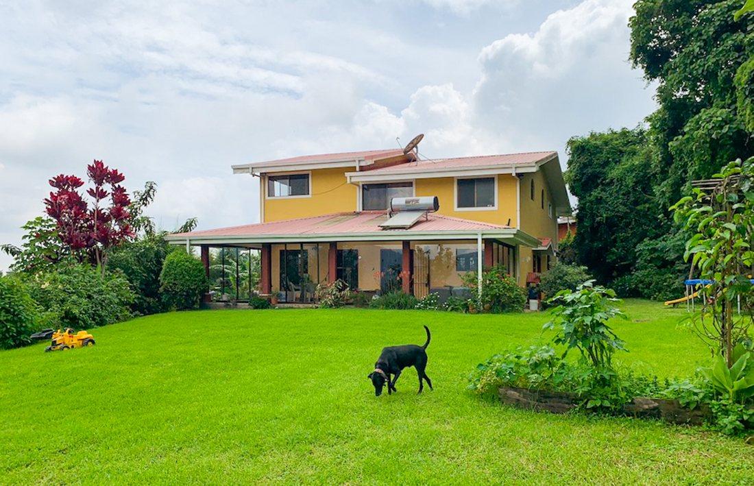 Venta de Biofinca de 7500 m2 con Casa de 340 m2 y Vista, en las colinas de Tres Rios